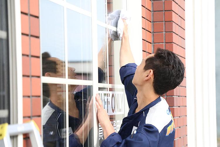 始業前活動 外窓の水拭き